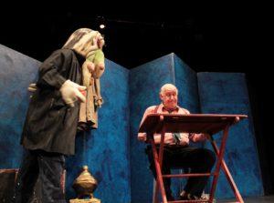 Il prof. Filippetti guarda sconsolato la pastasciutta ed Asdrubale arriva con il pomodoro